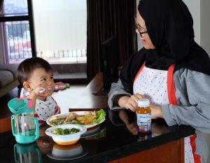 anak makan bersama ibu